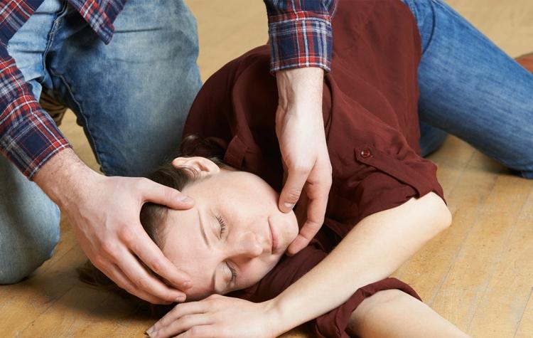 epilepsi nöbeti geçiren hastanın ağzını açmak ile ilgili görsel sonucu